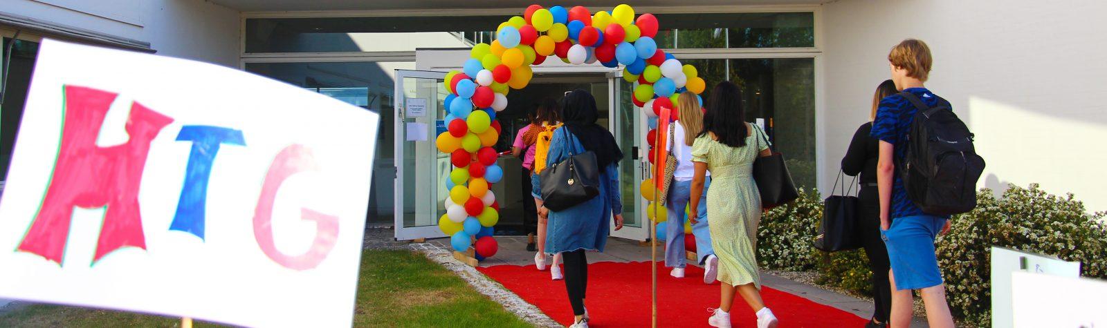 Elever går gennem ballonport på første skoledag 2020