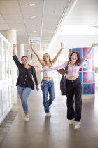 Tre elever danser ned ad gangen på HTG