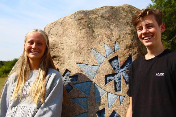 Mathilde og Sebastian foran HTG-stenen